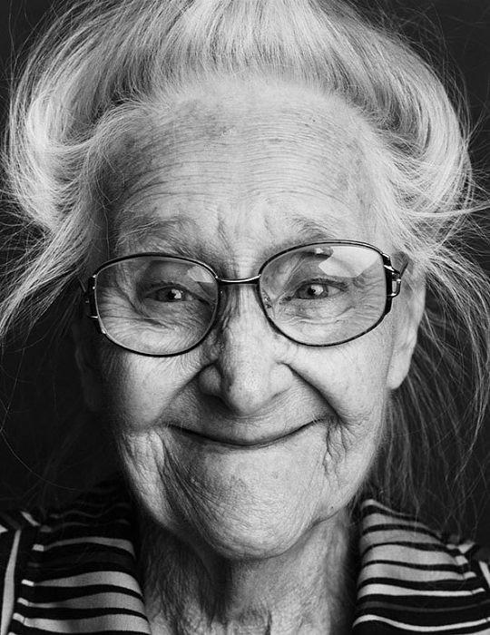 Перенести атмосферу сюжета, накал эмоций посредством чёрно-белой техники фотографирования – задача не из простых, тем не менее, если за дело берётся настоящий профессионал, то это значит что у него всё получится. Таким специалистом в жанре монохромной фотографии является голландский фотограф Alex Ten Napel, который своим чёрно-белым циклом решил приковать внимание зрителей к людям, страдающим болезнью Альцгеймера. Это социальный проект, где демонстрации эмоциям отведена главенствующая роль.