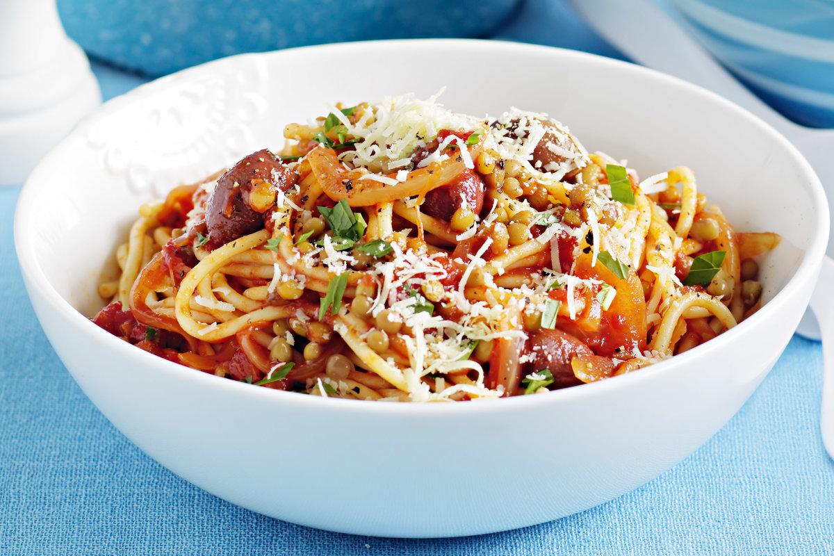 Чечевица, ветчина, лук, морковь, стебель сельдерея, чеснок, масло оливковое, соль, перец чёрный молотый, паста, петрушка, петрушка.