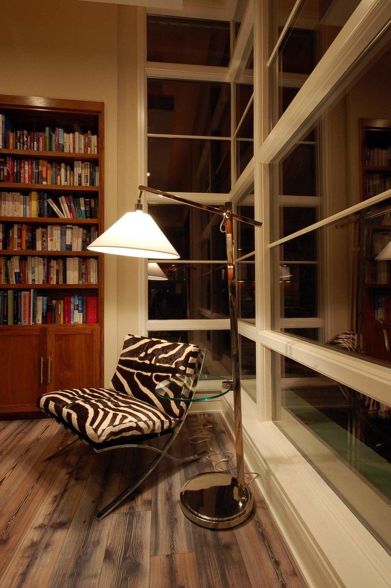 Торшер как основной осветитель диванчика в домашнем кабинете