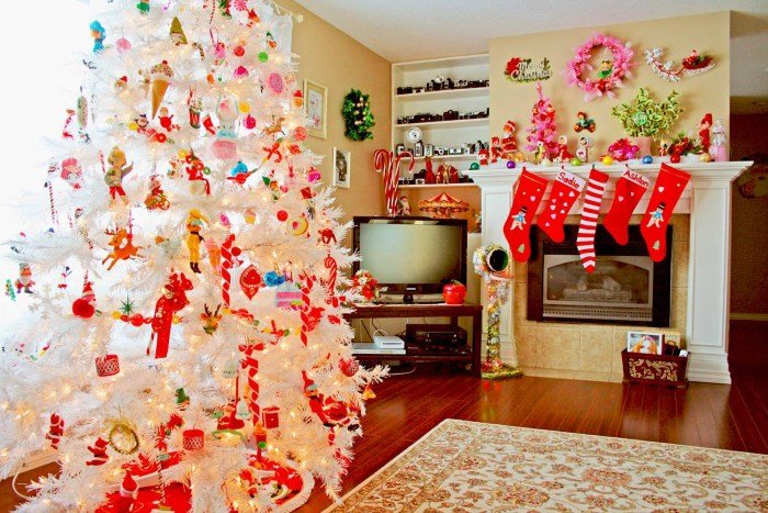Рекомендации дизайнеров о том, как украсить белую елку в канун Нового года.