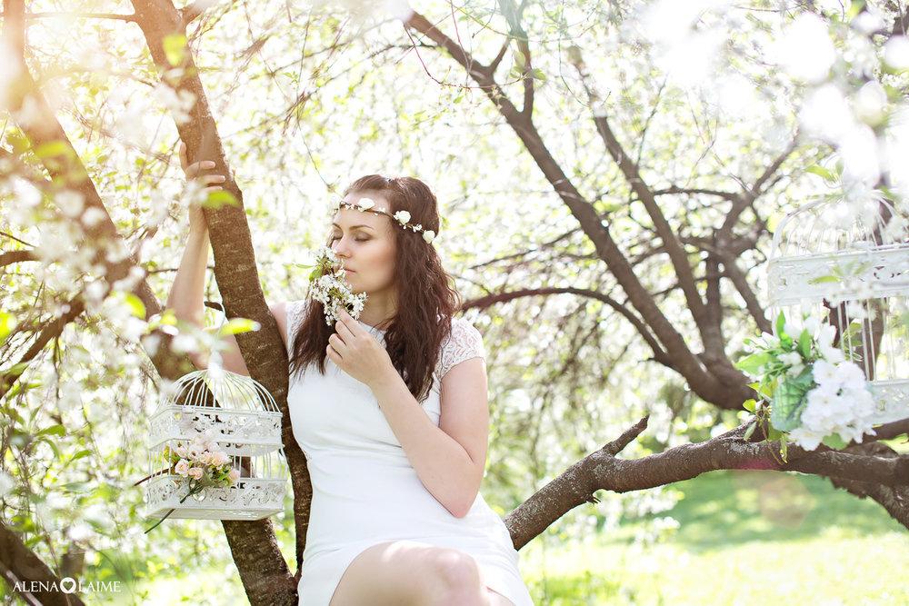 фотосессия в цветущем саду с книгой видном это именно