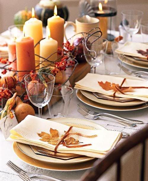 красивые большие листья можно использовать для украшения персонального места для каждого гостя.