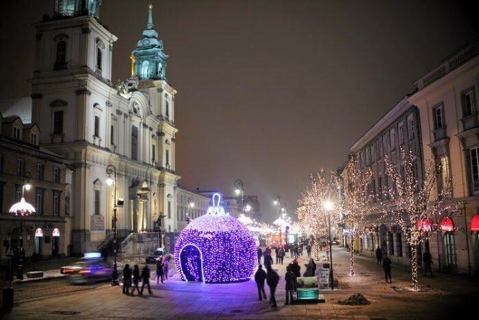 Большой ёлочный шар в Варшаве.