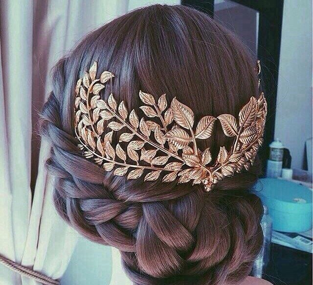 Красивые украшения для волос еще больше подчеркивают красоту прически.