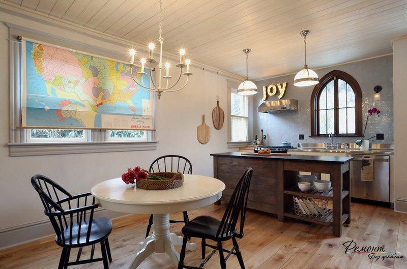Рулонная штора с картой на кухне