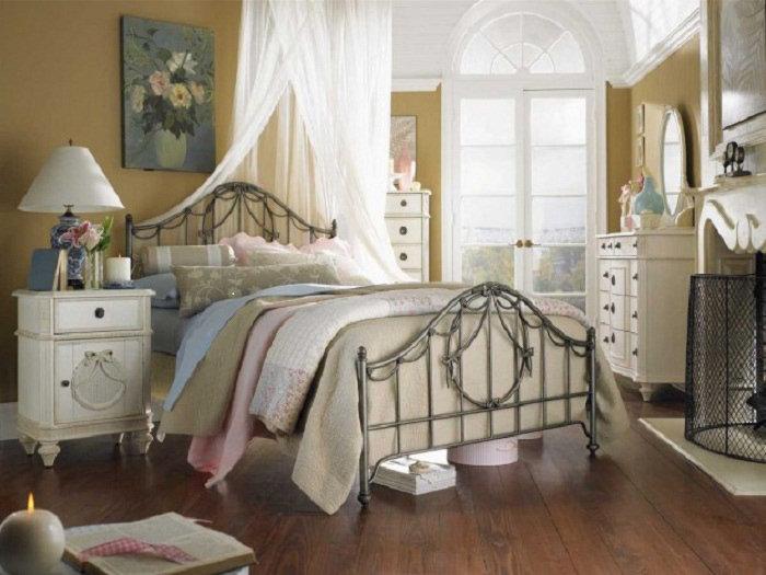 Присутствие старинных или искусственно состаренных вещей в интерьере спальной и спокойные цвета настраивают на отдых после трудового дня.