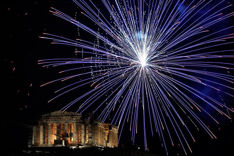 Фейерверк над древним храмом Парфеноном в Акрополе по случаю празднования Нового года в Афинах.