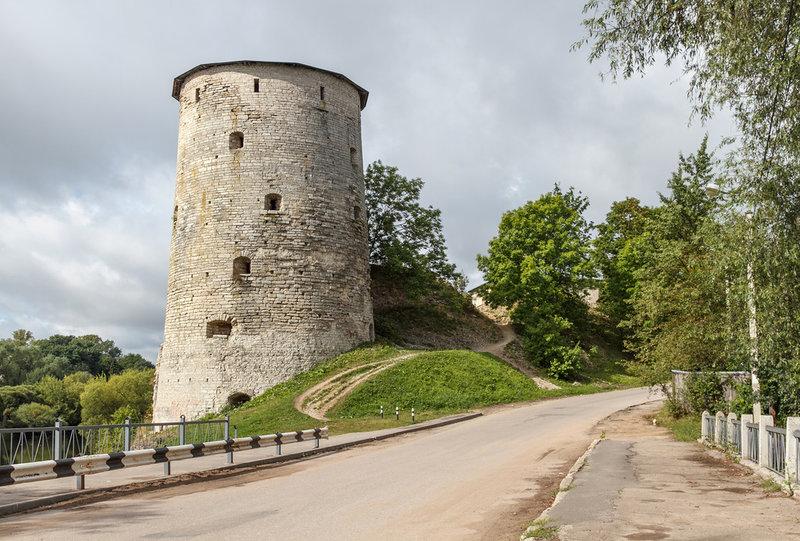 Гремячая (Космодемьянская) башня высится над Гремячей горой. Много легенд и преданий связано с ней, немало исторических загадок таит она.