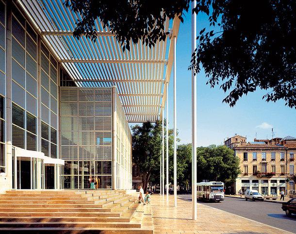 Музей Carré d'Art во французском городе Ниме Фостер построил в 1993 году