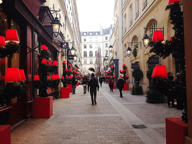 Праздничные декорации на улицах Парижа