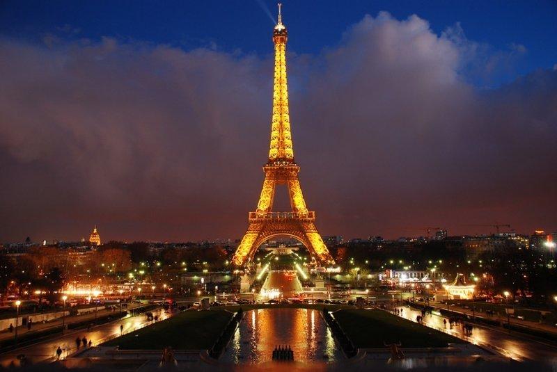 Эйфелева башня — самая узнаваемая архитектурная достопримечательность Парижа, всемирно известная как символ Франции, названная в честь своего конструктора Густава Эйфеля и являющаяся местом паломничества туристов. Сам конструктор называл её просто — 300-метровой башней.
