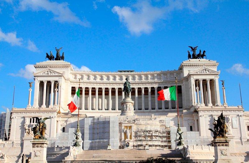 Венецианской эту площадь назвали в честь величественного и роскошного Дворца Венеции, который был воздвигнут на этом месте в XV веке кардиналом Павлом II.