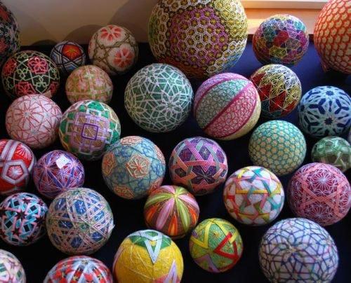 На шарах разные геометрические фигуры: круг, овал, ромб, квадрат, треугольник