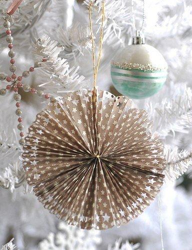 Снежинка-подвеска на елку бумажная с оригинальными вырезами