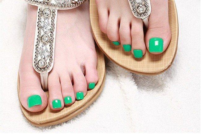 Яркий зелёный педикюр