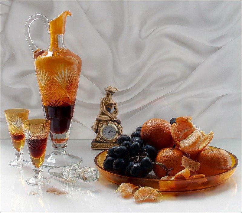 картинки с коньяком в бокалах на столе и едой доступны обложки