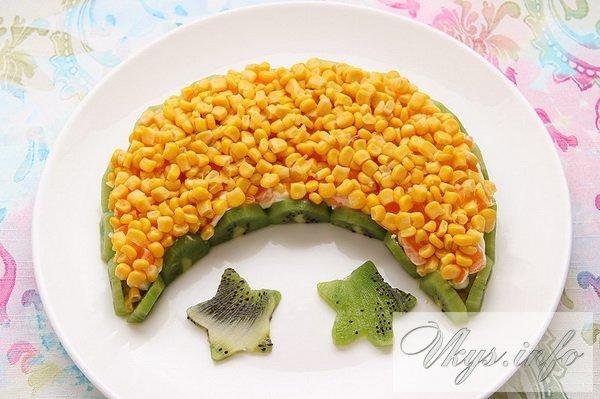 Фишкой нашего салата с курицей и киви является форма в виде Луны. Продукты выложены на тарелке полумесяцем.