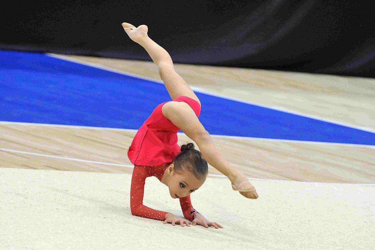 завершение картинки маленьких гимнасток на соревнованиях спустя некоторое время