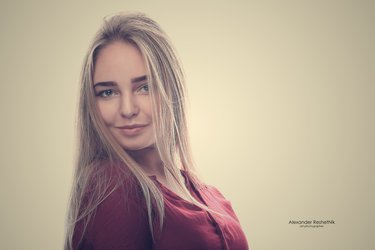 obayatelnoe-foto-devushek-na-belom-fone-ottrahala-trah-mashina