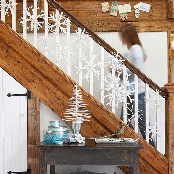 Идея декора лестницы большими снежинками