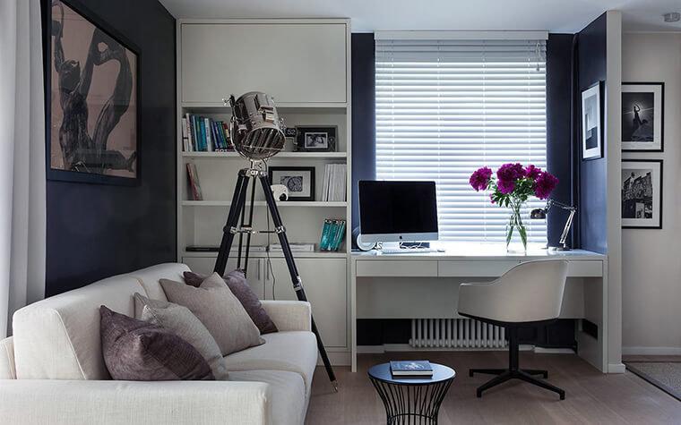 Современный дизайн домашнего кабинета с темными стенами