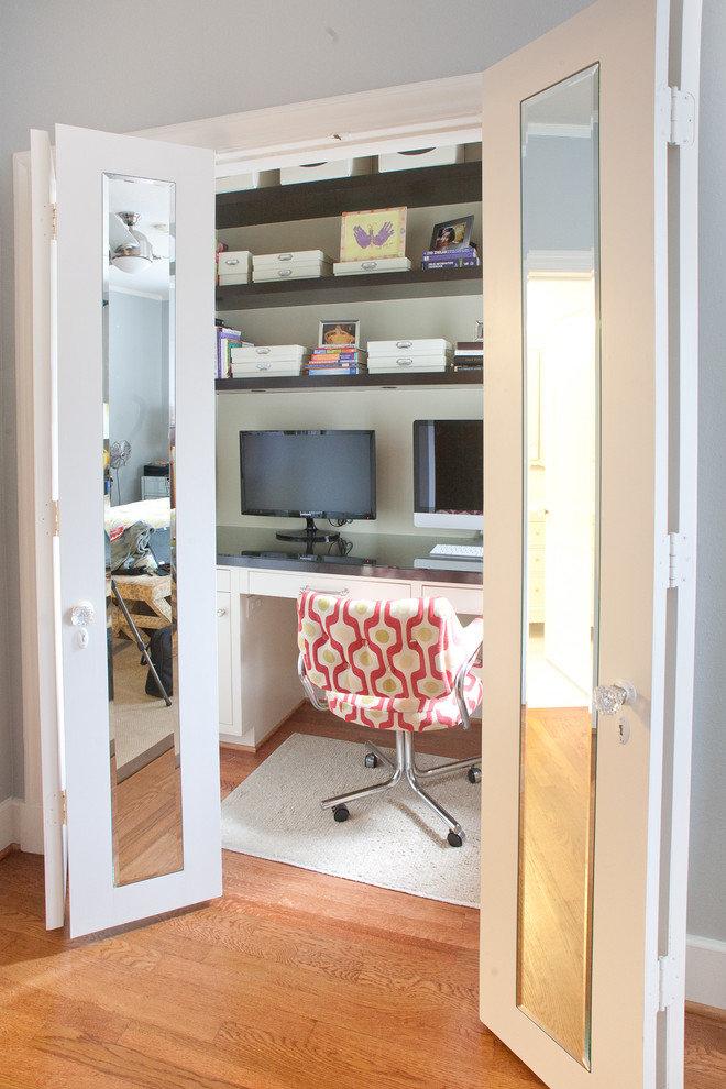 В отведенной сугубо под домашний офис зоне следует размещать только предметы, относящиеся непосредственно к вашей деятельности и не загромождать ее посторонними вещами.