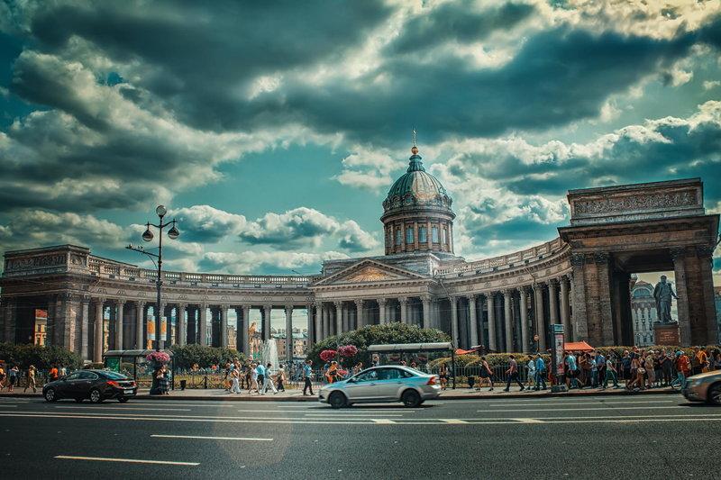Казанский собор, известный также как Собор Казанской иконы Божией Матери, является одним из самых красивых исторических и архитектурных памятников Санкт-Петербурга. Если вы хотите увидеть потрясающий шедевр русского классицизма, то вы не должны пропустить это знаменитый собор, расположенный на Невском проспекте.