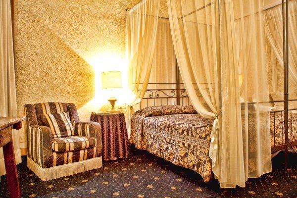 Декорируем спальню в элегантном винтажном стиле. Цветовая палитра. Мебель. Текстиль. Оконные драпировки. Аксессуары.