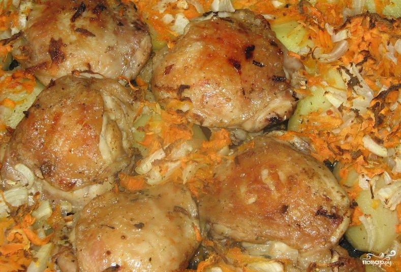 Куриные бедра с луком в духовке