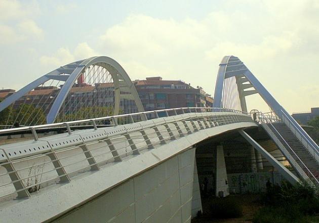 Мост в Барселоне, выстроенный по проекту знаменитого архитектора Сантьяго Калатравы.