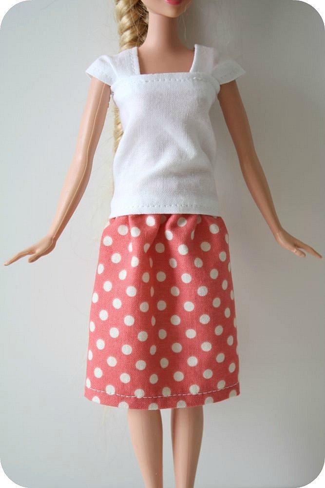 белая кофта и юбка в горошек