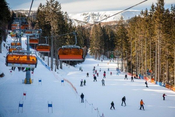 Горнолыжный курорт Карпач разместился прямо у подножия горы Снежка, высота которой составляет 1602 метра. Этот курорт славится своей уникальной природой и целебным воздухом, а также отличными возможностями для катания. Здесь имеется семнадцать трасс различного уровня сложности и семь подъемников. Есть трассы для вечернего катания, а также зона для катания вне трасс.