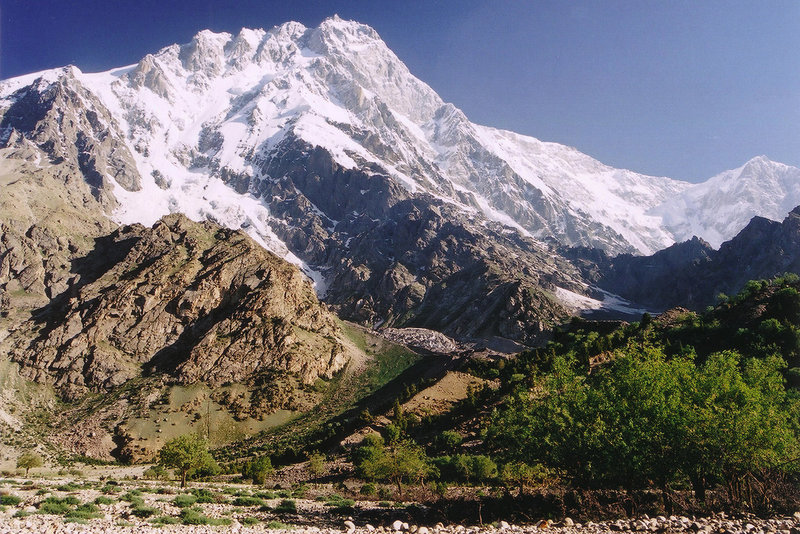 Нангапарбат. Девятый по высоте восьмитысячник мира  (8125 м). Находится на северо-западе Гималаев, является их ярко выраженным северо-западным окончанием. Одна из трёх самых опасных для восхождения вершин выше 8000 метров.
