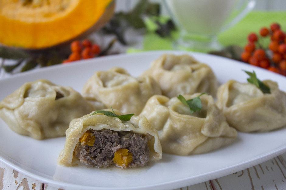 Манты с мясом и тыквой готовят на пару в течение 45–50 минут.