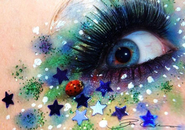 Удивительный макияж с блестками, звездами и божьей коровкой вокруг глаза