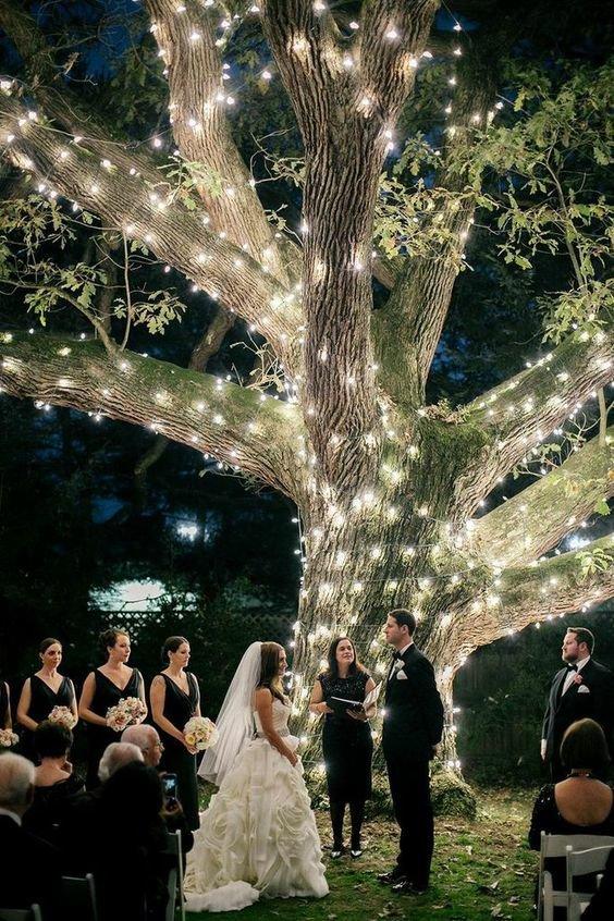 Впечатляющая свадьба для нескольких гостей в ночном парке