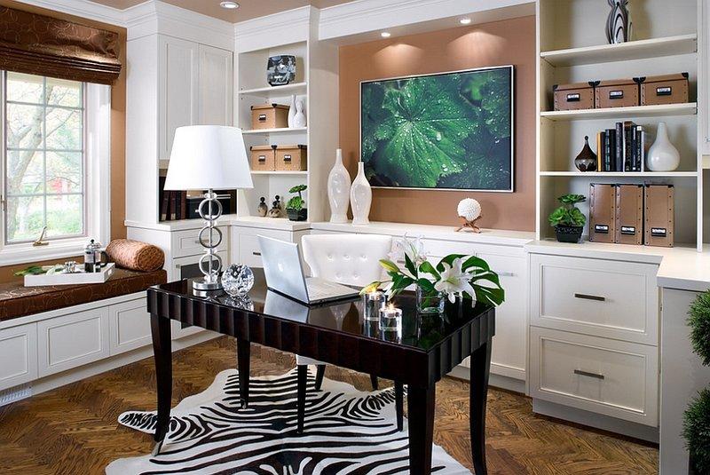 интерьер светлого домашнего кабинета со шкурой зебры