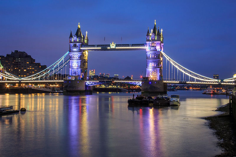 Мост с одноименным названием – Тауэрский – располагается недалеко от крепости. Именно в честь нее он и приобрел такое название. Открытие моста пришлось на 1894 год. Это масштабное разводное сооружение из стали в готическом стиле, перекинутое через Темзу.Представляет собой Тауэрский мост конструкцию из двух башен (65 метров каждая), которые соединяются переходом. Крылья перехода могут подниматься до 83 градусов, чтобы под мостом получили возможность пройти крупные суда.