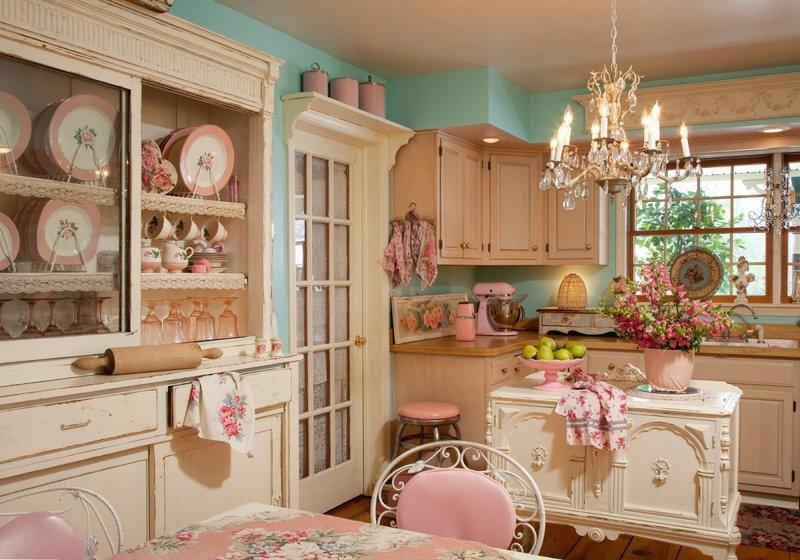 Состаренный шкаф для посуды в интерьере кухни и стулья с кованными спинками