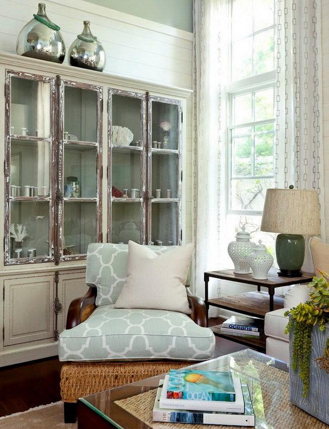 Состаренный книжный шкаф со стеклянными дверцами