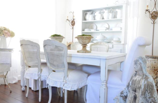 Состаренные белые деревянные стулья и стол в интерьере столовой