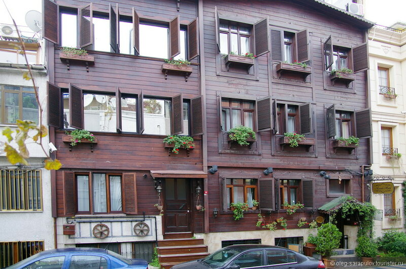 Отели в Старом городе — это в основном старые, иногда деревянные особнячки в 3–4 этажа, а в новом городе больше современных роскошных отелей.