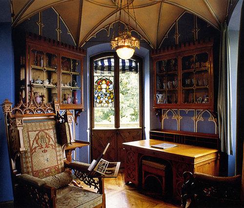 Готика (Готический стиль) – огромные окна, многоцветные витражи, световые эффекты. Гигантские ажурные башни, подчеркнутая вертикальность всех конструктивных элементов. синие стены, деревянные полы.