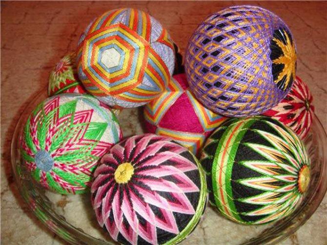 Разноцветные геометрические узоры на шарах.