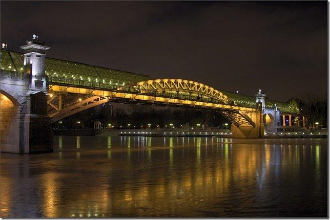 Пушкинский мост построен в 2000 году с использованием конструкций старого Андреевского моста, построенного между 1905 и 1907 годами по проекту Л. Д. Проскурякова и А. Н. Померанцева.