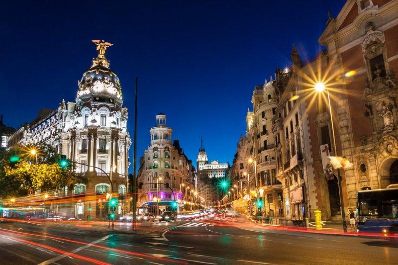 Чтобы увидеть новогоднюю Барселону и оценить красоту ее улиц, понаблюдать за живыми статуями, жонглерами и мимами, необходимо пройтись по главной, самой оживленной улице Барселоны с пешеходным бульваром Рамблас