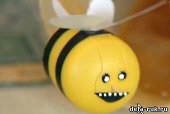 Как сделать пчелку из коробочки киндер-сюрприза?