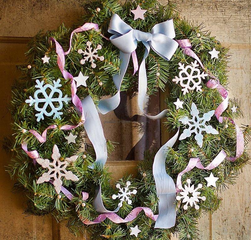 Кроме самодельных ёлочек, зимой очень популярны новогодние венки, сделанные своими руками.