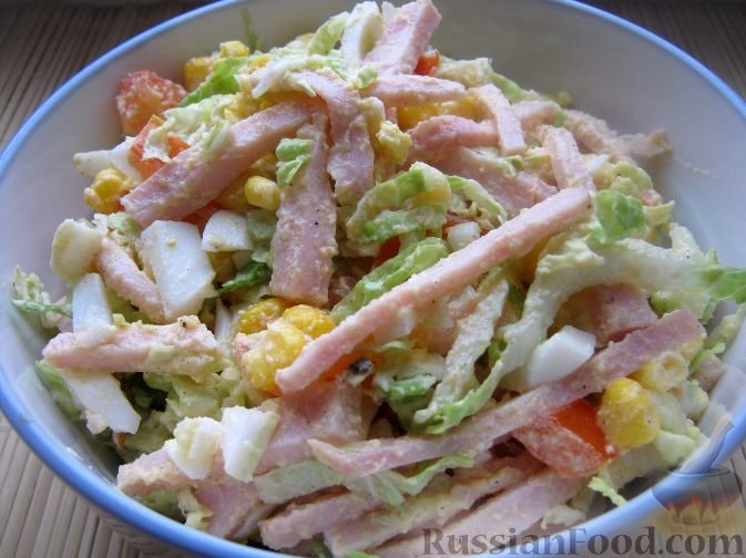 салат с ветчиной и кукурузой капустой