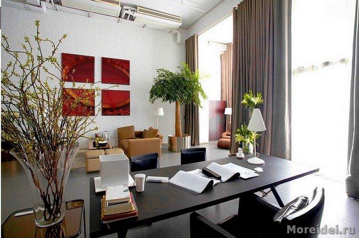 кабинет с фасадными окнами, что дает много света днем и дополнительное освищение дает настольная лампа